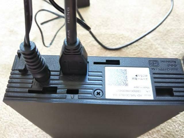外付けハードディスクにケーブルを接続した画像