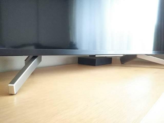 テレビの奥に設置した外付けハードディスクの画像