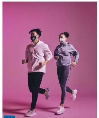 ブリーズマスクをつけて走っている男女の画像