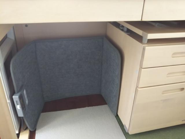 机の下に設置したデスクパネルヒーター