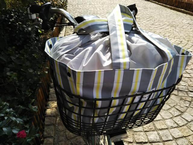 自転車の前かごに入ったレジカゴバッグ