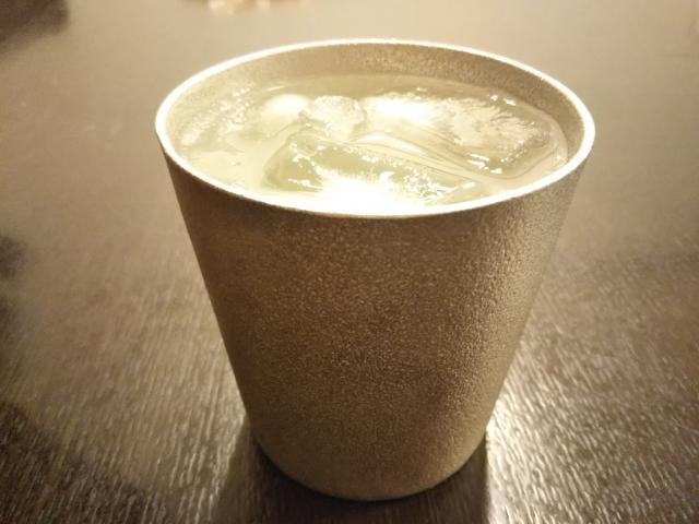 冷たい飲み物を注いだ能作タンブラー